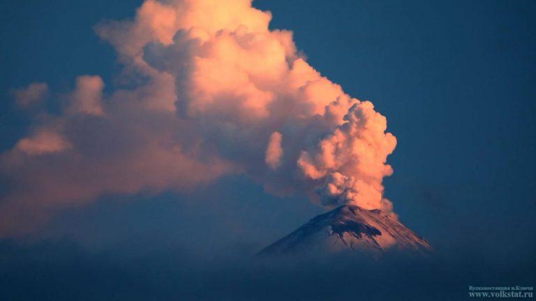 Volcán en Rusia lanza una columna de cenizas de 6 kilómetros de altura