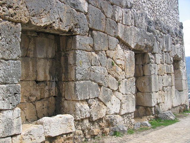 Nichos u hornacinas entre los muros de Alatri