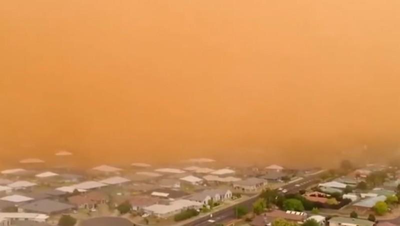 Asombrosa imagen de la tormenta de arena que alcanzó 1.5 km. de altura, avanzando por una zona poblada de Australia