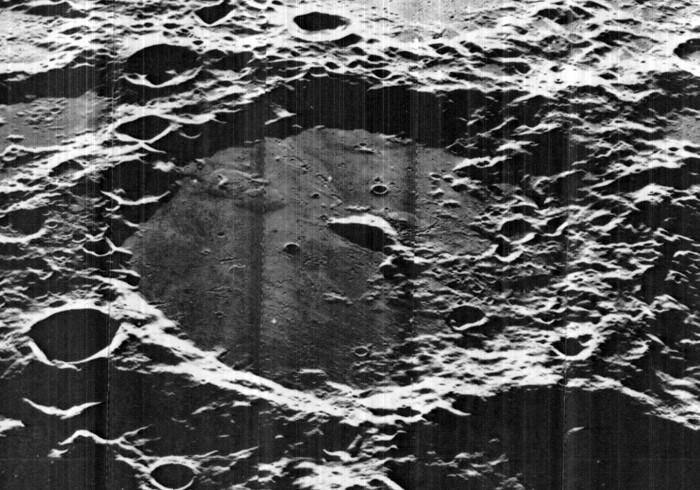 Vista oblicua del cráter Von Karman en la Luna, lugar donde la misión china aterrizará