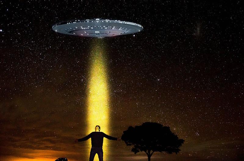 Imagen referencial de una abducción extraterrestre