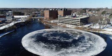 Aparece un raro disco de hielo giratorio similar a un OVNI y de casi 100 metros en Maine, EE.UU.