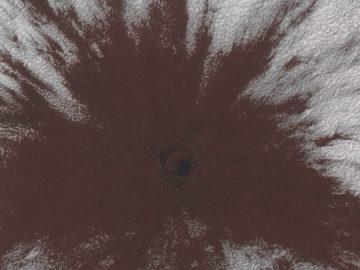 Astrónomos hallan un cráter reciente en Marte causado por un misterioso y poderoso impacto contra la capa de hielo del planeta