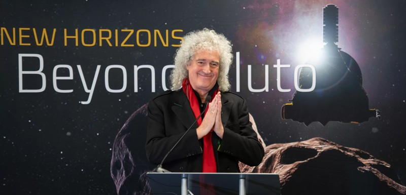 El astrofísico Brian May, guitarrista principal de la banda de rock Queen, habla con los reporteros antes del sobrevuelo al objeto Ultima Thule en el Cinturón de Kuiper por parte de la nave espacial New Horizons de la NASA. May compuso una canción especial para el sobrevuelo