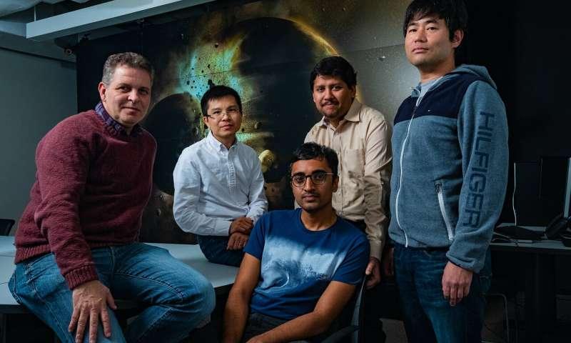 Un estudio realizado por científicos de la Universidad Rice (desde la izquierda) Gelu Costin, Chenguang Sun, Damanveer Grewal, Rajdeep Dasgupta y Kyusei Tsuno encontraron que la Tierra probablemente recibió la mayor parte de su carbono, nitrógeno y otros elementos esenciales de la vida de la colisión planetaria que creó la Luna