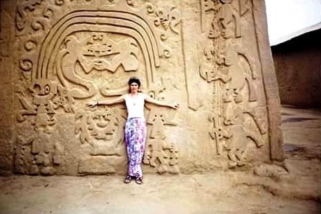 La investigadora y escritora Débora Goldstern durante su visita a la ciudadela de Chan Chan (Perú)