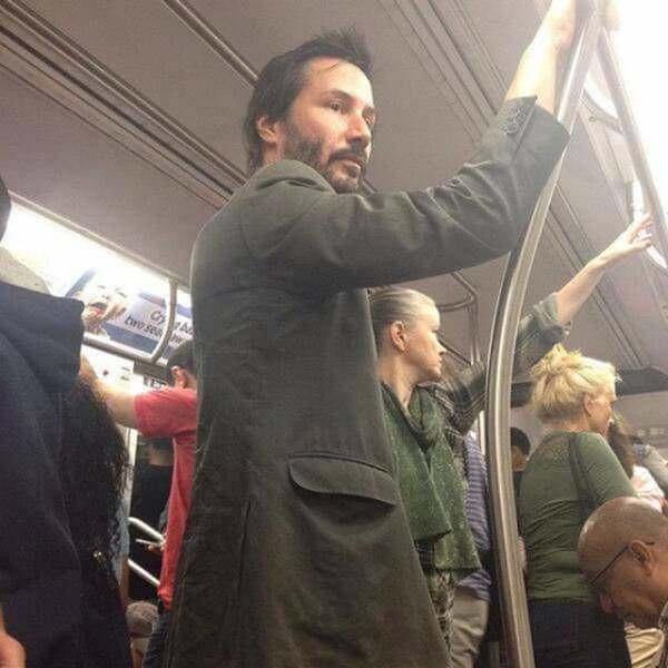Keanu Reeves captado viajando en el metro