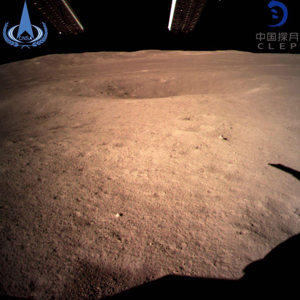 La primera y más impresionante imagen enviada del lado oculto de la Luna