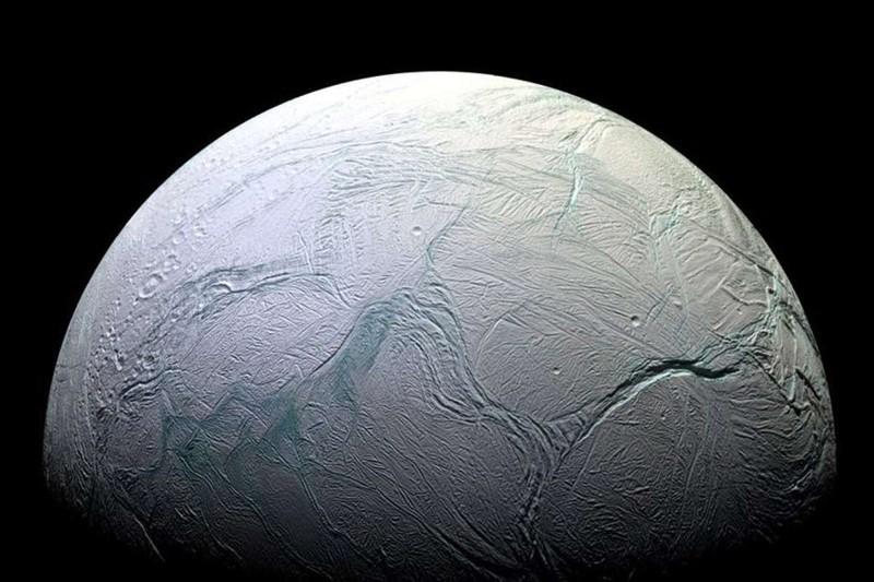 Un nuevo estudio sugiere que podrían existir olas gigantescas bajo la superficie de Encelado