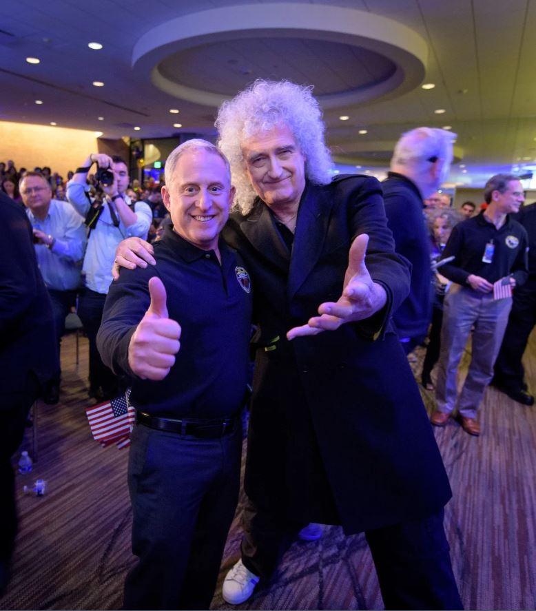 El investigador principal de New Horizons, Alan Stern, posa con el astrofísico y el guitarrista principal de Queen, Brian May, en el Applied Physics Laboratory de Johns Hopkins en Maryland, justo antes de que New Horizons volara por Ultima Thule