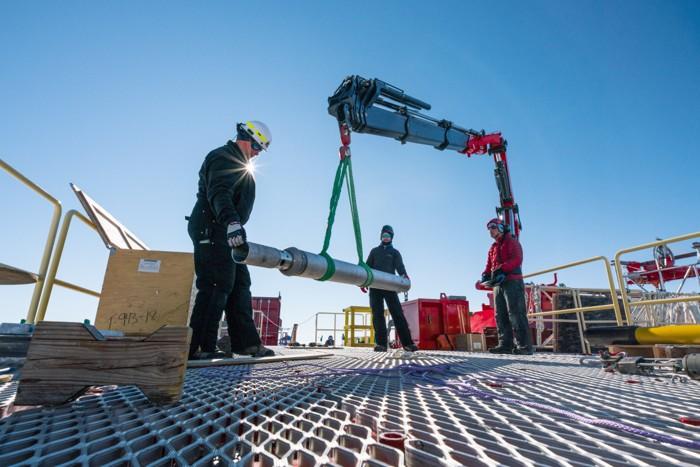 Al Gagnon (izquierda) y los técnicos de SALSA Michael Tepper-Rasmussen y Jack Greenberg (centro y derecha) prueban el Gravity Corer del WHOI (Woods Hole Oceanographic Institution) que se utilizará para recolectar núcleos de sedimentos del lago subglacial Mercer