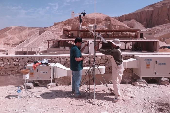 Dos investigadores realizando una igilancia ambiental fuera de la tumba del rey Tut