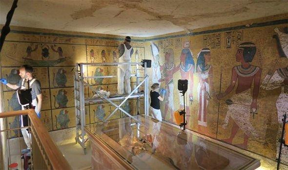Los expertos limpiaron cuidadosamente el fino velo de polvo gris que se había asentado sobre la superficie de la tumba