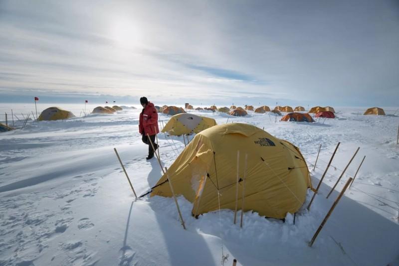 El líder de la expedición John Priscu en la «tienda de campaña» del equipo en la capa de hielo de la Antártida Occidental, sobre el lago subglacial