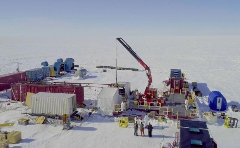 El sitio de la expedición sobre el lago subglacial Mercer en la capa de hielo de la Antártida Occidental, muestra el brazo de la grúa equipado con equipo de perforación de agua caliente.