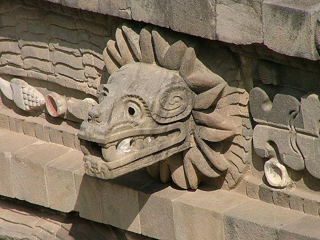Escultura de Quetzalcóatl en templo de Teotihuacán