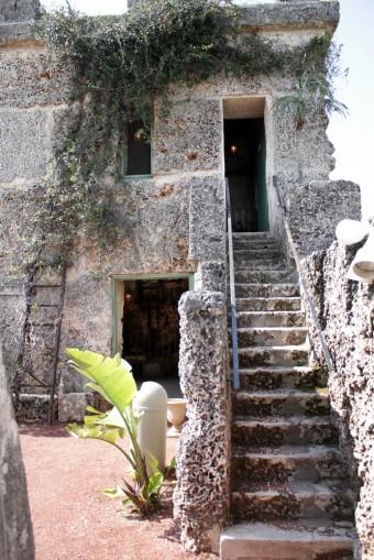 Casa de Edward Leedskalnin dentro del complejo de Coral Castle. En su ascenso una escalera de 16 peldaños. Símbolo de compleja connotaciones, aún por descifrar