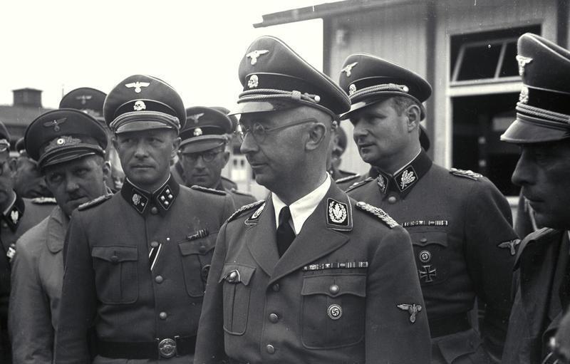 Heinrich Himmler en Mauthausen junto a sus oficiales SS, Franz Ziereis y August Eigrüber a la derecha y a su izquierda, Georg Bachmayer (1941)