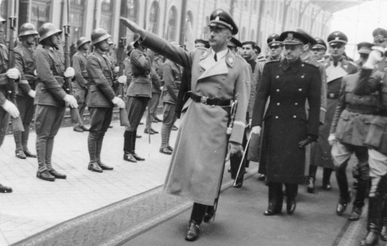 Himmler, recibido con honores tras su llegada a Madrid (1940)