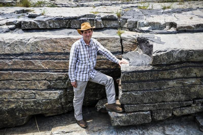 El profesor Rais Latypov delante de un ejemplo de las capas de cromita estratificadas