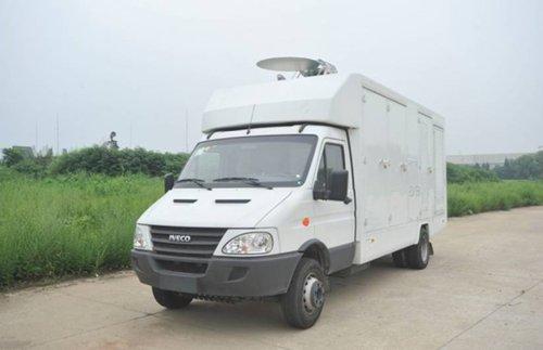 Una minivan con el Microwave Active Denial System montado en su parte superior