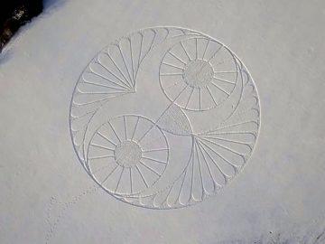 Círculo de nieve en forma de búho aparece en un campo nevado en Wiltshire