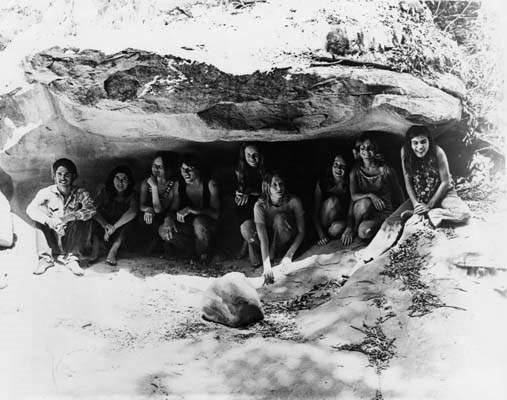 Algunos miembros del Clan Manson, en una cueva de Spahn Ranch, Condado de Los Angeles California, 1969