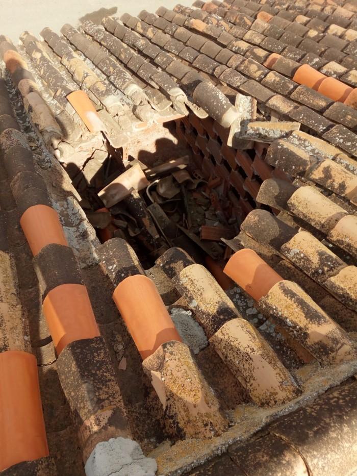 Agujero dejado en un tejado en Granada por un objeto no identificado