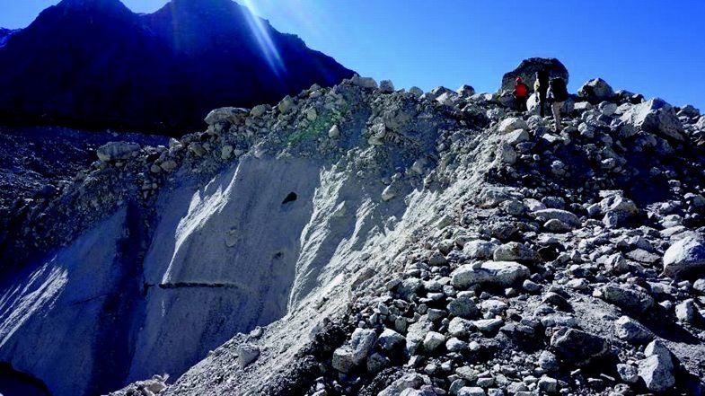 Acantilado de hielo en el glaciar Khumbu cubierto de escombros, Nepal Himalaya, noviembre de 2016