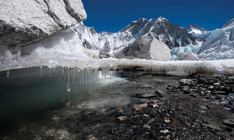 Derretimiento del hielo en el glaciar Khumbu en la región de Everest-Khumbu. Los glaciares del Himalaya son una fuente de agua para 250 millones de personas