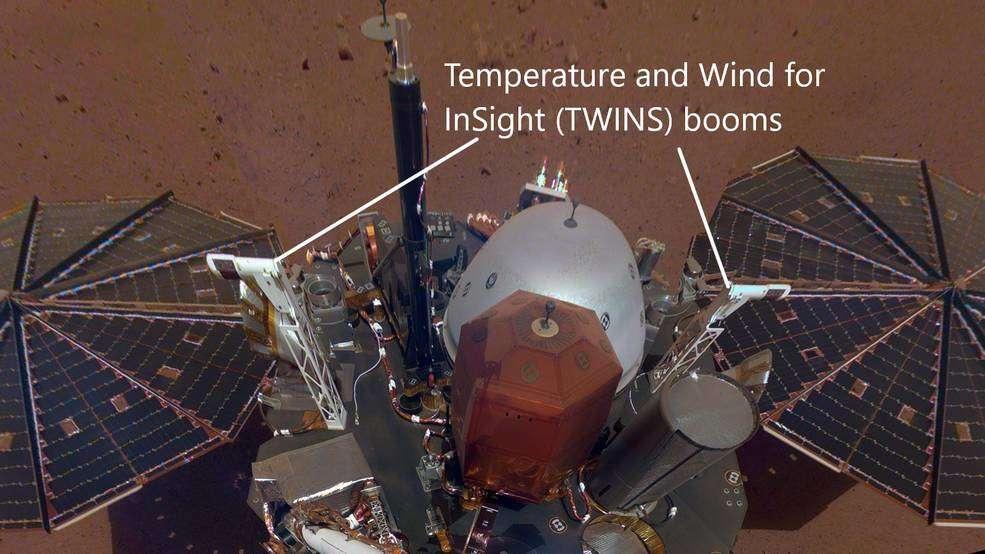 Los brazos blancos orientados hacia el este y el oeste en la cubierta del vehículo de aterrizaje InSight forman parte de sus sensores meteorológicos