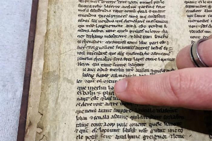 Detalle de uno de los fragmentos del manuscrito que muestra el nombre de Merlín