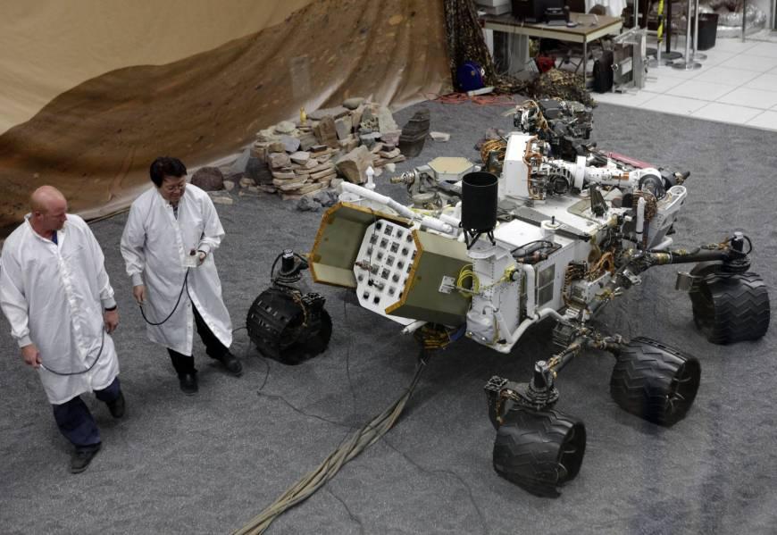 Un grupo de ingenieros trabajan en un modelo de Mars Rover Curiosity en la instalación de ensamblaje de la nave espacial en el Laboratorio de Propulsión a Chorro de la NASA en Pasadena, California