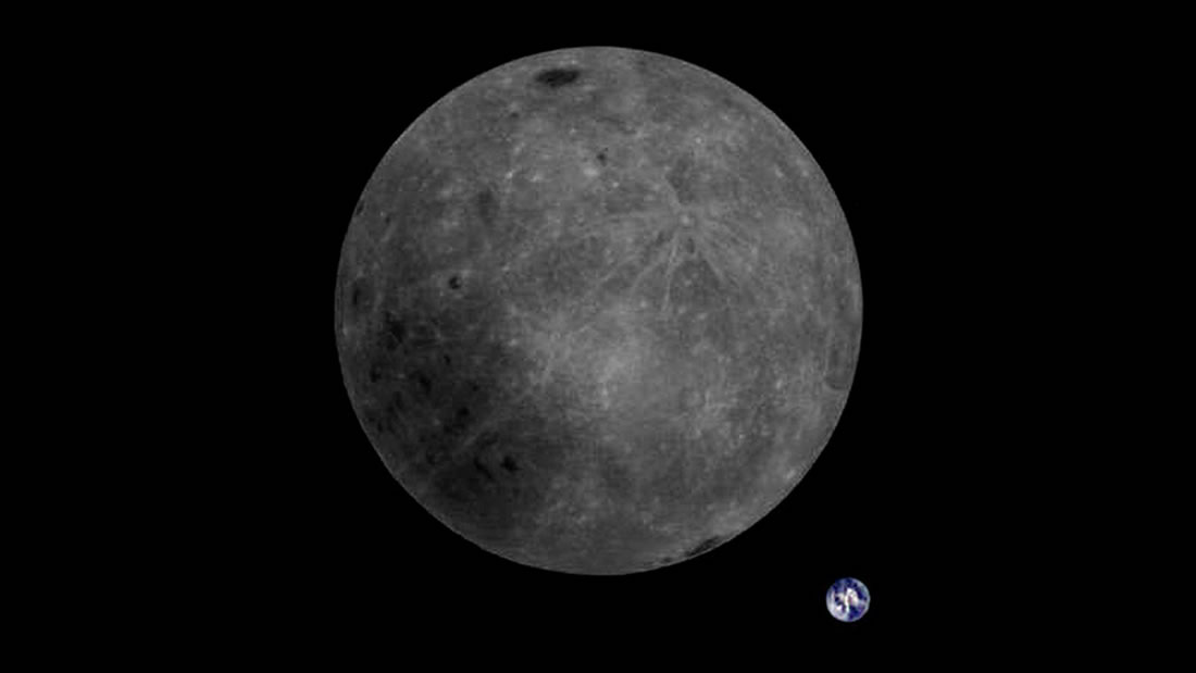 Mira la cara oculta de la Luna en su totalidad y de fondo la Tierra