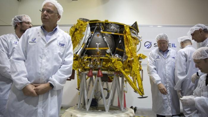 Técnicos israelíes están parados junto al módulo lunar SpaceIL durante una gira de prensa de sus instalaciones cerca de Tel Aviv en diciembre pasado