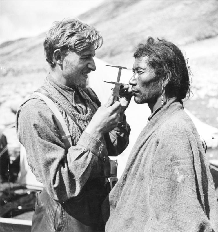El antropólogo y SS-Hauptsturmführer Bruno Beger mientras realiza la craneometría de un hombre tibetano