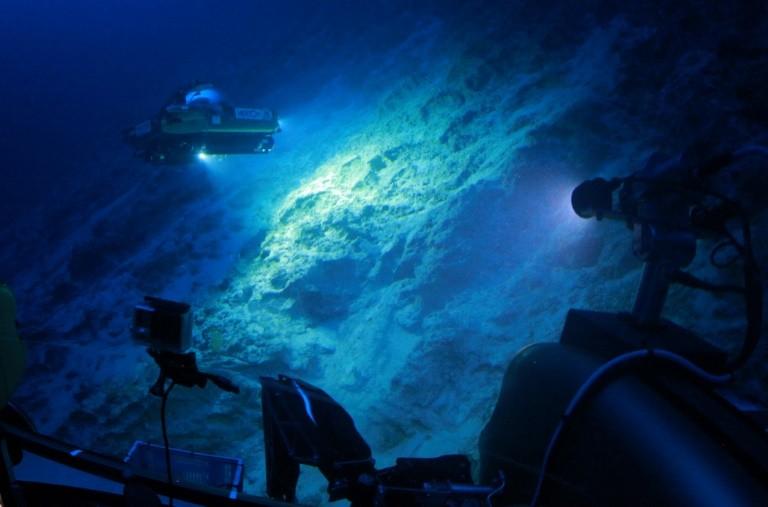 Una foto del 2016 publicada por el instituto de investigación oceánica Nekton muestra una embarcación sumergible que trabaja sobre el lecho marino frente a las costas de las Bermudas