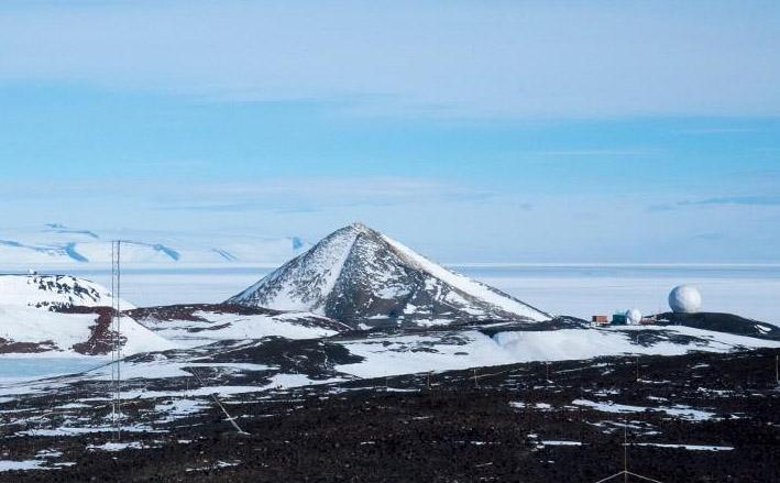 La montaña es muy simétrica (tomando en cuenta la erosión). Es llamativo que esa cúpula para comunicación satelital esté al lado de la montaña piramidal