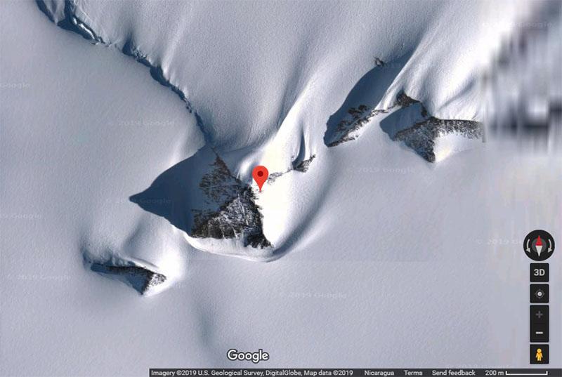 Se encuentran parcialmente cubiertas de nieve. Se notan muy simétricas. Coordenadas de Google Maps: 79°58'39.2″S 81°57'32.2″W.