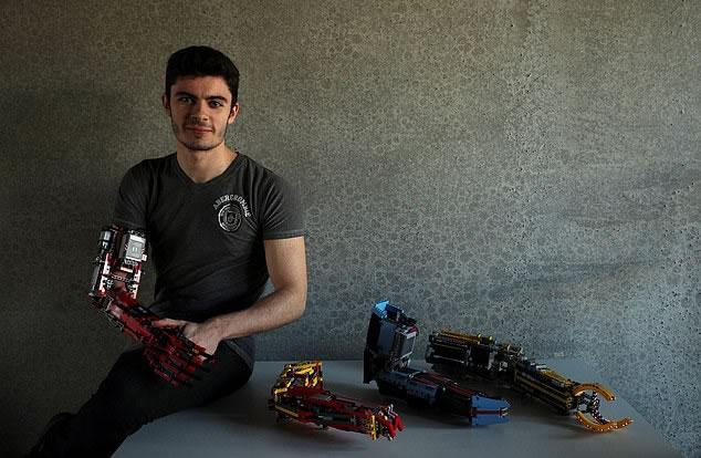 Adolescente que nació sin un antebrazo construye su propia prótesis robótica con LEGOS