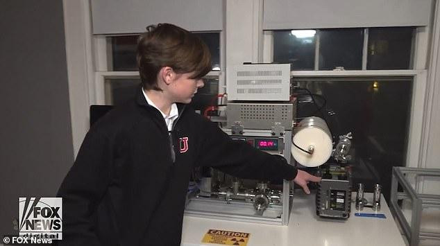 Jackson manipula su reactor nuclear creado en casa