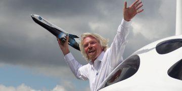 Richard Branson, propietario de Virgin Galactic, dice que volará al espacio en julio