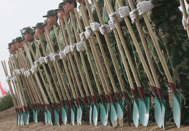 Miles de soldados con el Ejército Popular de Liberación de China han sido retirados del servicio y se han alistado en actividades de plantación de árboles fuera de Beijing