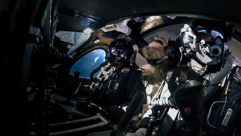 El entrenador de astronautas en Jefe, Beth Moses, experimentó un tiempo de flotación en gravedad cero cuando SpaceShipTwo alcanzó el espacio hoy. La Tierra se ve por la ventana de la nave