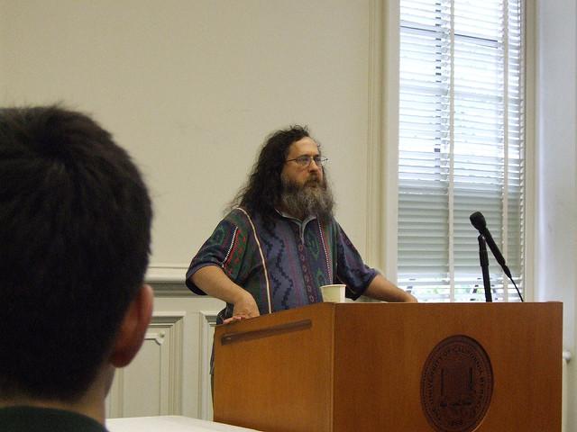 Richard Stallman dando una conferencia en la Escuela de Informática de la UC Berkeley