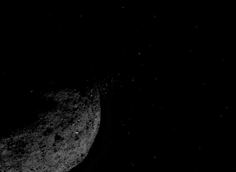 Esta imagen muestra al asteroide Bennu expulsando partículas de su superficie. Se creó combinando dos imágenes tomadas a bordo de la nave espacial OSIRIS-REx de la NASA