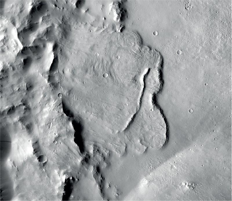 Ejemplo de características identificadas en una cuenca profunda en Marte que muestran que fue influenciada por aguas subterráneas miles de millones de años atrás