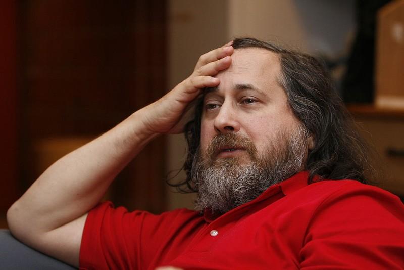 Stallman dice los teléfonos móviles nos han hecho retroceder 10 años en términos de privacidad