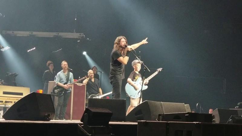 Un niño toca una canción de la banda Foo Fighters en pleno concierto