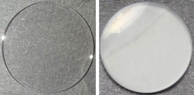 El pequeño disco de zafiro de la derecha muestra los aerosoles orgánicos formados dentro de un horno de alta temperatura. El disco de la izquierda no ha sido utilizado